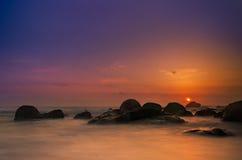 Cena romântica da praia rochosa, praia vermelha imagem de stock royalty free