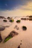 Cena da praia rochosa fotos de stock royalty free