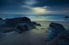 Cena clara místico surreal da praia fotos de stock