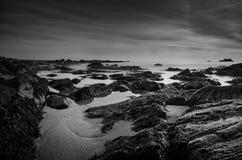 Cena da praia rochosa em preto e branco fotos de stock royalty free