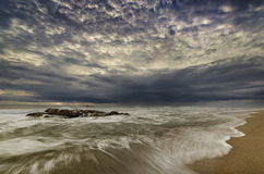 Movimento dramático da água com grande modo na praia fotografia de stock