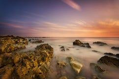 Cena da praia rochosa da linha costeira imagens de stock
