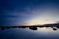 Cena azul da praia no tempo do crepúsculo imagem de stock