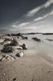 Cena bonita da praia rochosa imagens de stock royalty free