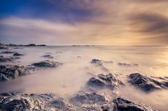 Influência de seda bonita na água, cena da praia foto de stock