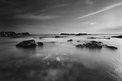 Cena da praia em preto e branco fotografia de stock