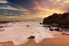 Cena surpreendente da praia rochosa fotografia de stock royalty free