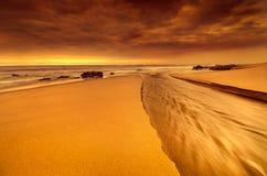 Boca de rio em uma cena dramática da praia fotos de stock