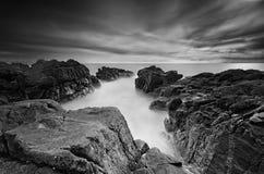 Cena surpreendente do litoral em preto e branco fotos de stock