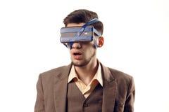 Uma foto cômico de tecnologias modernas Indivíduo novo com um telefone unido à cabeça que usa uma fita Dispositivo da realidade v Imagens de Stock Royalty Free
