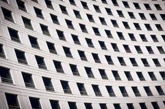 Windows em uma construção curvada Fotos de Stock Royalty Free