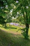 Uma foto da associação no parque de uma distância, onde os povos vieram descansar, para nadar e tomar sol imagens de stock