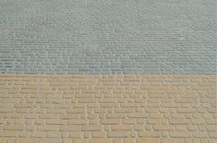 Uma foto detalhada do quadrado, apresentada da pedra de pavimentação moderna com cantos arredondados Projeto exato da área pedest imagem de stock
