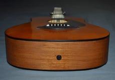 Uma foto do close-up de uma cabeça marrom e preta da guitarra acústica do ` s da criança imagem de stock