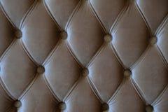 Uma foto do fim acima do sofá marrom de estofamento imagens de stock royalty free