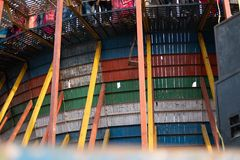 Uma foto dos furos nas pranchas de madeira que compõem a parede da morte fotos de stock