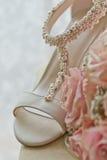 Uma foto macro colorida de um ramalhete detalhado com rosas cor-de-rosa, as flores pequenas brancas e um diamante falsificado no  imagem de stock