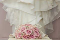 Uma foto macro colorida de um ramalhete detalhado com rosas cor-de-rosa, wh Foto de Stock Royalty Free