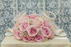 Uma foto macro colorida de um ramalhete detalhado com rosas cor-de-rosa, wh Fotos de Stock