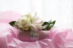 Uma foto macro colorida do damas de honra floresce o bracelete com o um diamante falsificado no centro de uma rosa branca Imagens de Stock