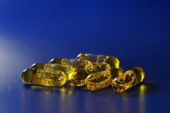 Uma foto macro de diversas cápsulas com uma medicina em um intensel imagens de stock