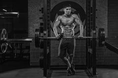 Uma foto preto e branco de um peso-elevador muscular considerável novo foto de stock royalty free