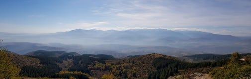 Uma fotografia da silhueta das montanhas com névoa foto de stock royalty free