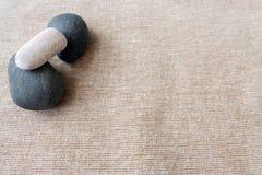 Seixos e linho, fundo das texturas do zen Foto de Stock