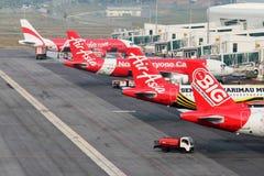 Uma frota de planos da linha aérea do orçamento de AirAsia Imagens de Stock