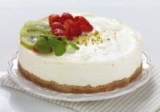 Uma fruta decorou o bolo de queijo Fotografia de Stock Royalty Free