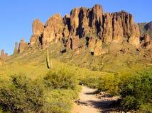 Uma fuga de caminhada conduz nas montanhas da superstição Fotografia de Stock