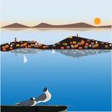 Uma gaivota no telhado, uma cidade pequena em uma ilha pequena, faróis e montanhas, uma vista bonita do mar Imagem do vetor para  Foto de Stock