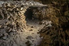 Uma galeria da mina velha da pedra calcária fotografia de stock