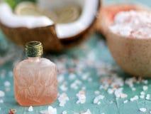 Uma garrafa antiga com óleo essencial imagens de stock