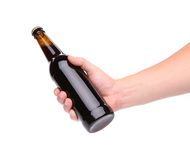 Uma garrafa da cerveja em uma mão Foto de Stock