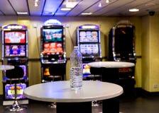 Uma garrafa de água vazia em uma tabela em uma sala do slot machine Imagens de Stock Royalty Free