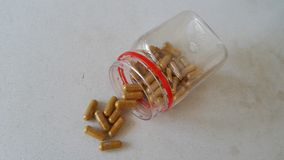 Uma garrafa de cápsulas chinesas da erva Fotografia de Stock Royalty Free