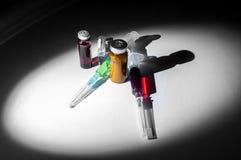 Uma garrafa de vidro médica, ampolas, fille médico plástico das seringas Imagem de Stock Royalty Free