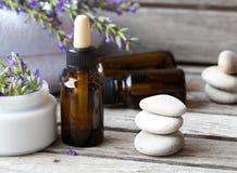 Uma garrafa do conta-gotas do óleo essencial da alfazema closeup Fotos de Stock