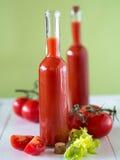 Uma garrafa do suco de tomate Imagem de Stock
