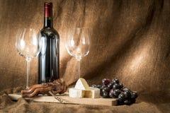 Uma garrafa do vinho com dois vidros vazios Imagens de Stock