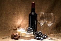 Uma garrafa do vinho com dois vidros vazios Foto de Stock Royalty Free