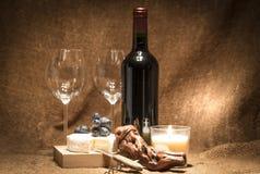 Uma garrafa do vinho com dois vidros vazios Imagem de Stock Royalty Free