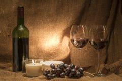 Uma garrafa do vinho com dois vidros vazios Fotografia de Stock