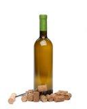 Uma garrafa do vinho, das cortiça e do corkscrew. Foto de Stock Royalty Free