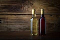 Uma garrafa do vinho vermelho e branco Foto de Stock Royalty Free