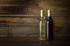 Uma garrafa do vinho vermelho e branco Imagens de Stock Royalty Free