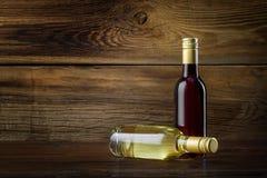 Uma garrafa do vinho vermelho e branco Fotos de Stock Royalty Free