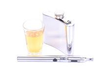 Uma garrafa e um vidro do uísque em rochas e em cigarro de E Imagens de Stock