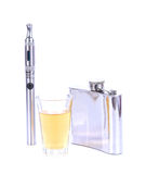 Uma garrafa e um vidro do uísque em rochas e em cigarro de E Fotografia de Stock Royalty Free